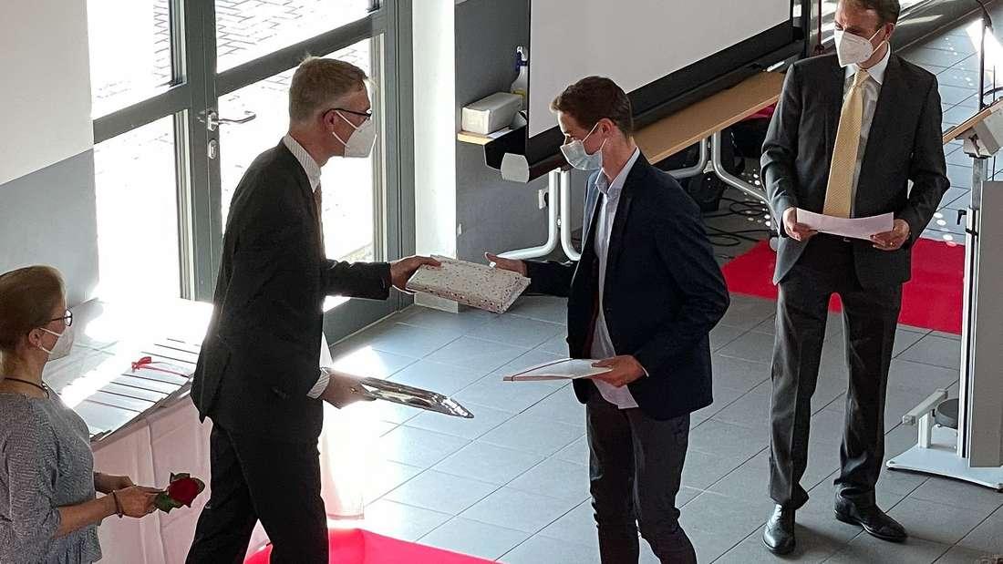Bastian Hagenah nahm die Glückwünsche von Oberstufenkoordinatorin Stefanie Breitkopf, Stufenleiter Tillmann Klein und Schulleiter René Jaques entgegen.