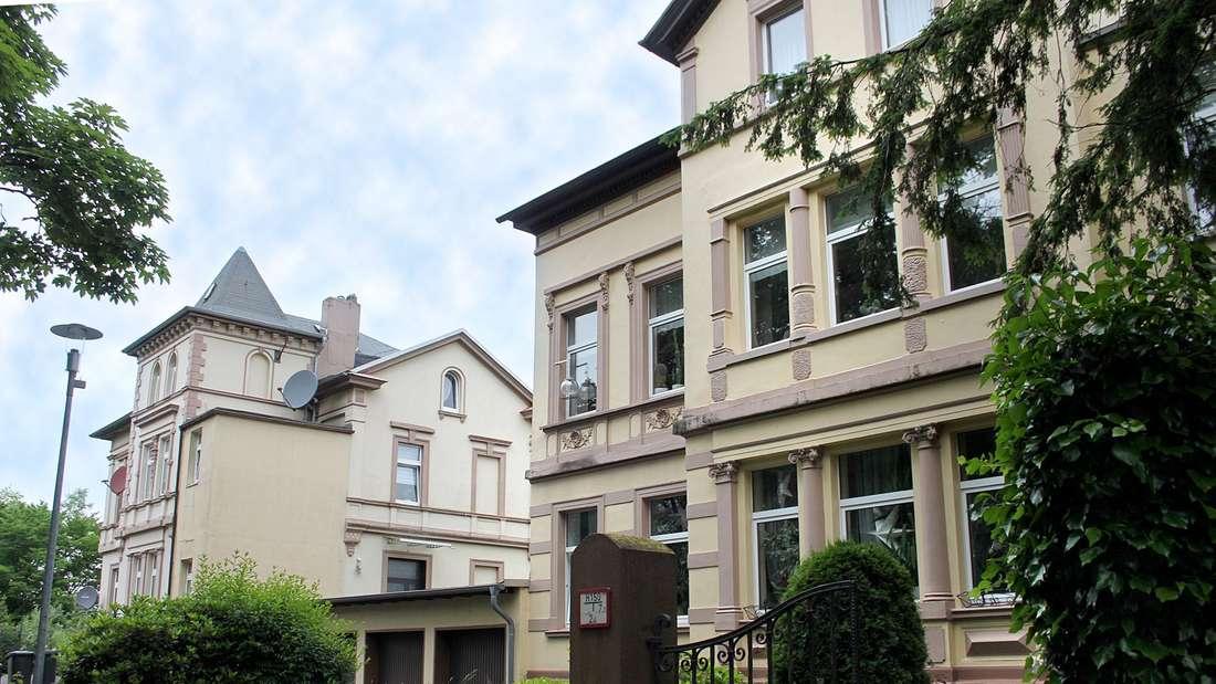 Sollen im Zuge der Umgestaltung im Bereich Wiesenstraße weichen: die beiden auffälligen Altbauten an der Gersbeuler Straße 20 und 22 in Lüdenscheid.