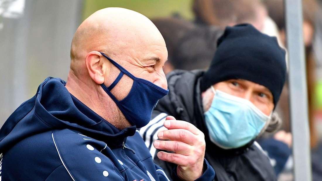 Fußballtrainer mit Maske