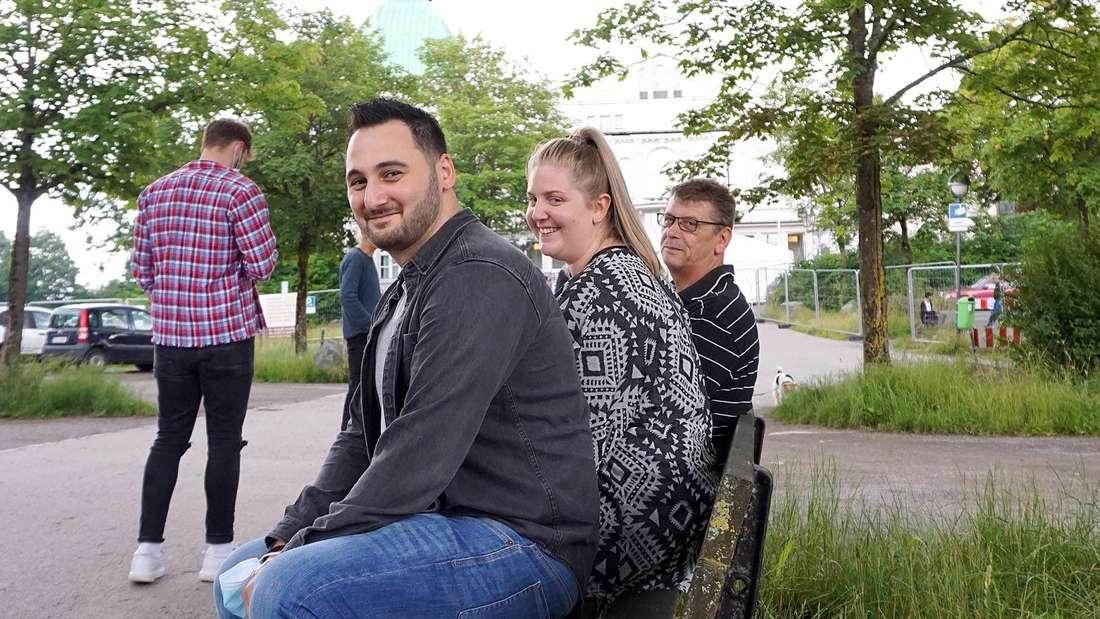 Sarah-Marie Tsakiridis aus Lüdenscheid sieht das Impfangebot auf Facebook und nimmt Ehemann Theoharis und Vater Hans-Joachim Wojciechowski gleich mit.