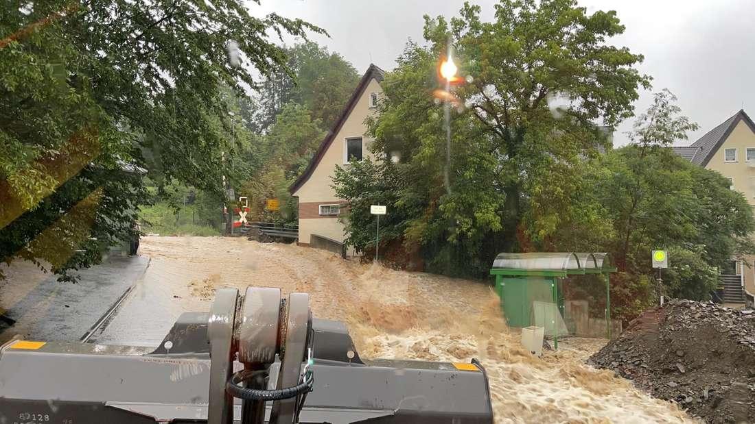 Nachrodt hat es schlimm erwischt: vollgelaufene Keller, überschwemmte Straßen und Bahngleise.