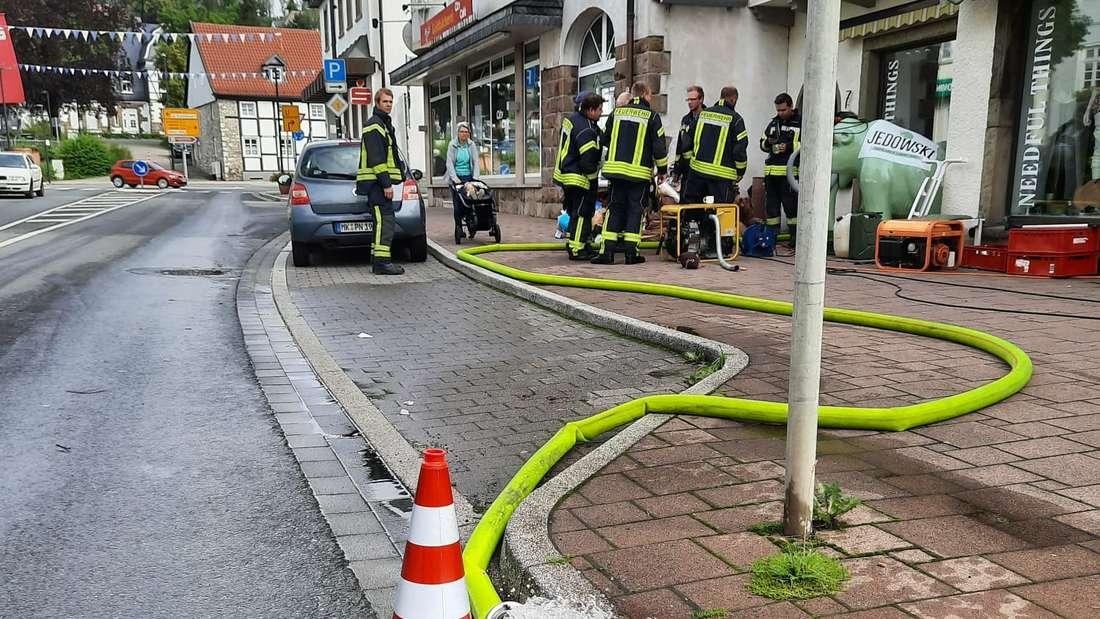 Die Feuerwehr aus Rüthe räumt in der Balver Innenstadt auf.