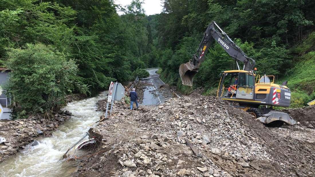 Die Höllmecke, die Verbindungsstraße zwischen Neuenrade und der Bundesstraße 236 nach Werdohl und Altena, ist großflächig zerstört.