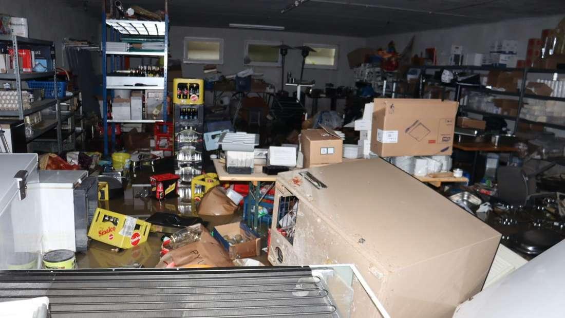 Der Vorratsraum der beliebten Ahornklause. Alle Vorräte sind zerstört. 50000 bis 60000 Euro Schaden, schätzt der Inhaber.