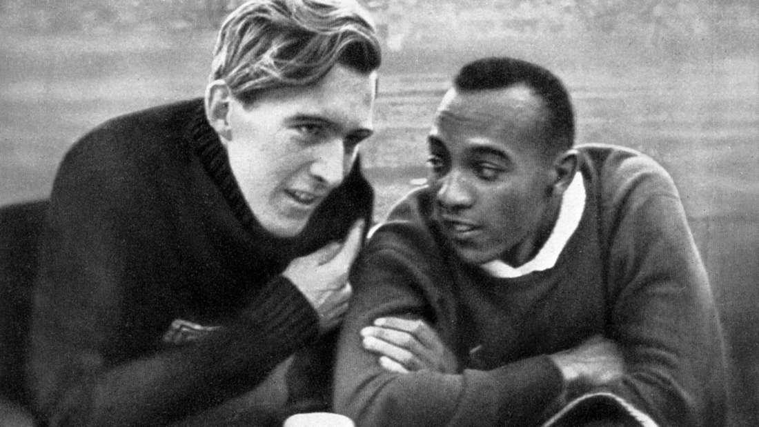Der deutsche Weitspringer Lutz Long neben dem US-Amerikaner Jesse Owens bei den Olympischen Spielen 1936.