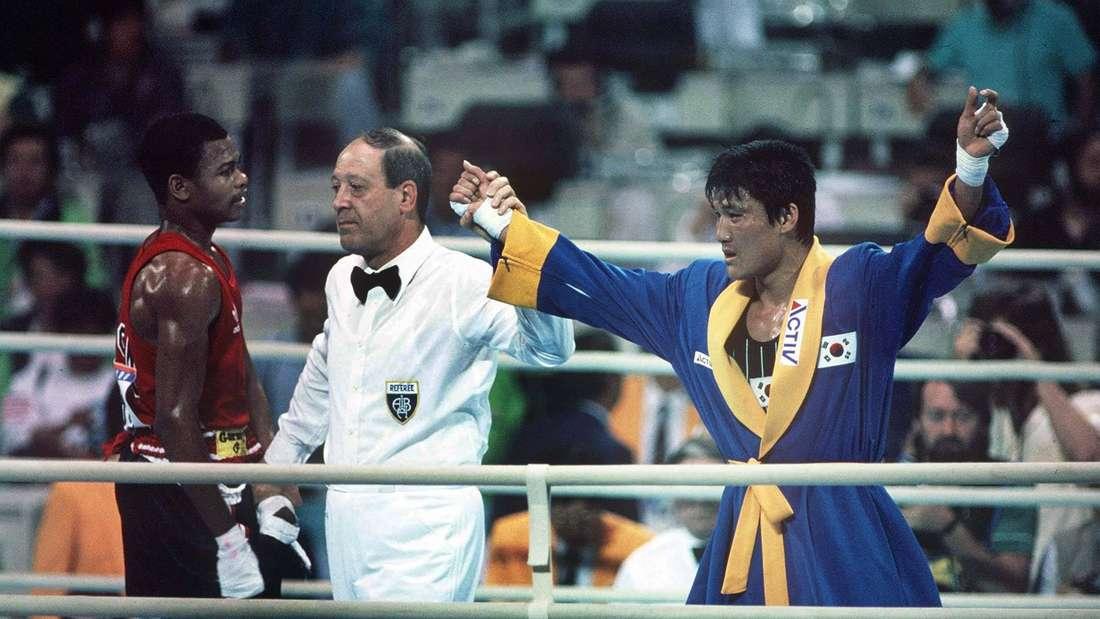 Der Südkoreaner Park Si-Hun wird nach einem kontroversen Punkte-Urteil zum Olympiasieger über Roy Jones Jr. ernannt.