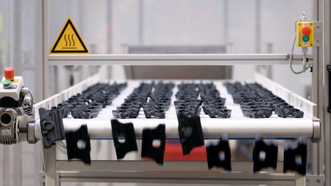 Die Winkelführungsplatten, die die Bahnschienen in Position halten, produziert Vossloh in der eigenen Spritzgussabteilung.