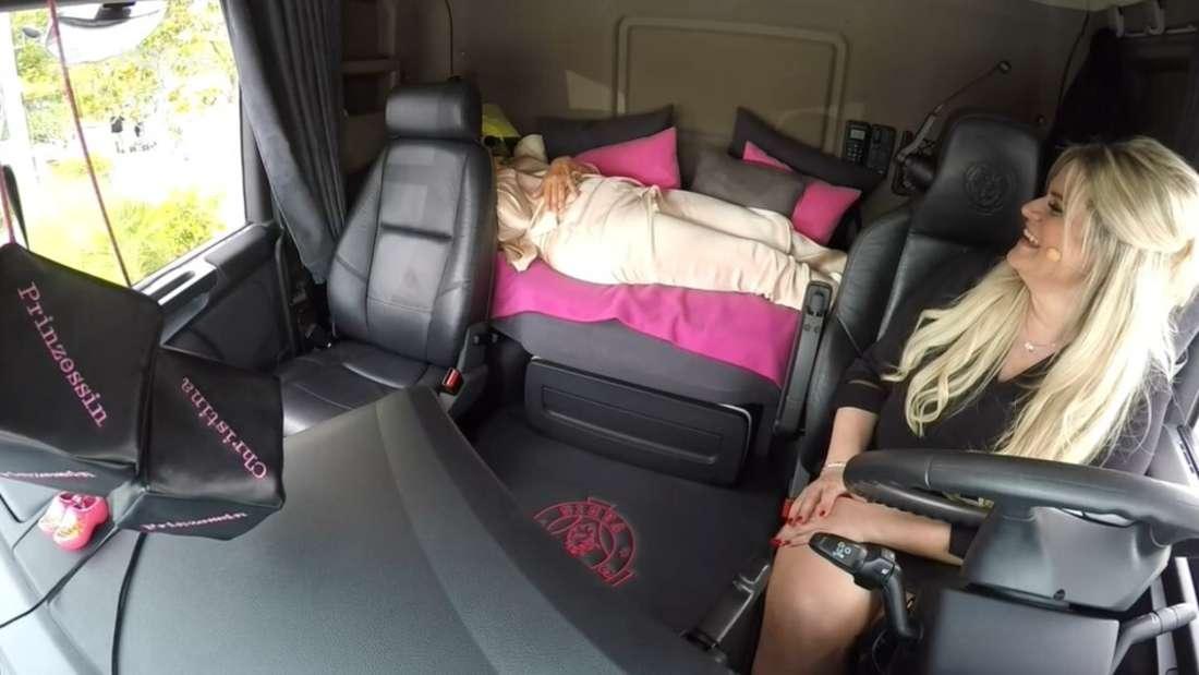 Andrea Kiewel liegt im Bett von LKW und Truckerin Christina Scheib lacht