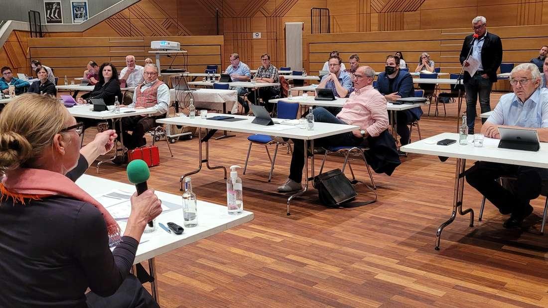 Ausschließlich mit den Vertretern der CDU führten die städtische Architektin Caroline Ossenberg-Engels und Bürgermeister Späinghaus eine manchmal leicht hitzige Diskussion über die Planungen für die neuen Feuerwehrhäuser. Von der SPD gab es einen Beitrag, alle anderen schwiegen.