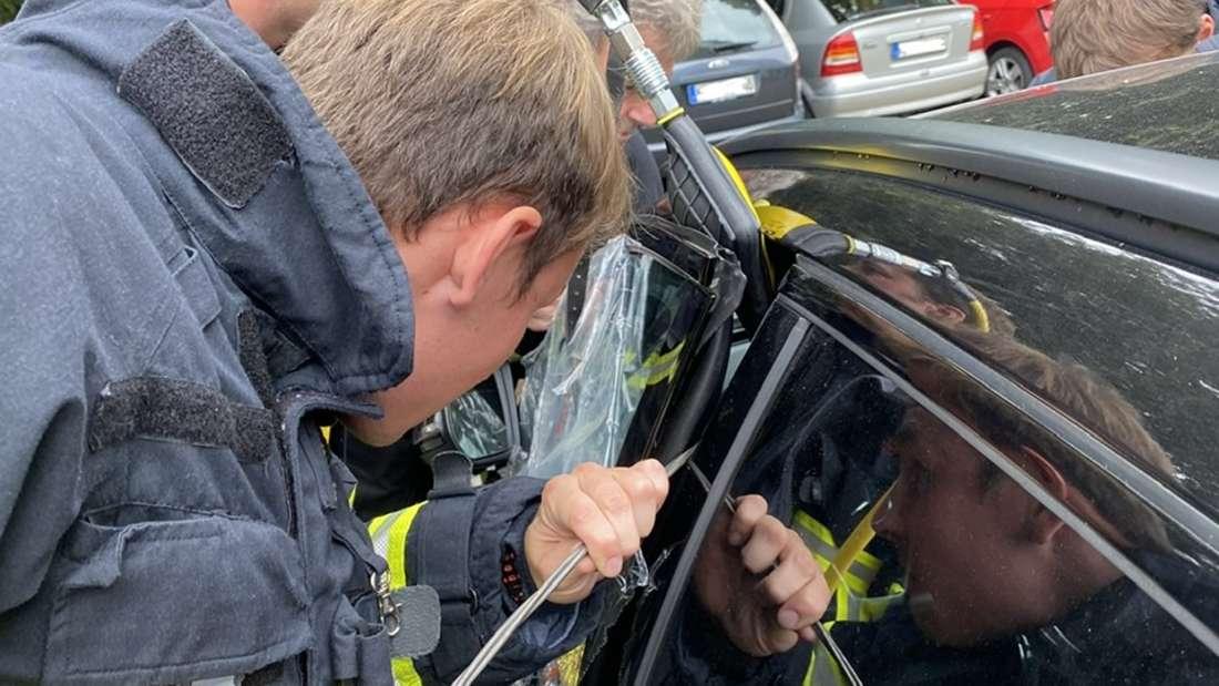 Die Feuerwehr in Iserlohn hat am Sonntag ein Kind aus einem Auto befreit.