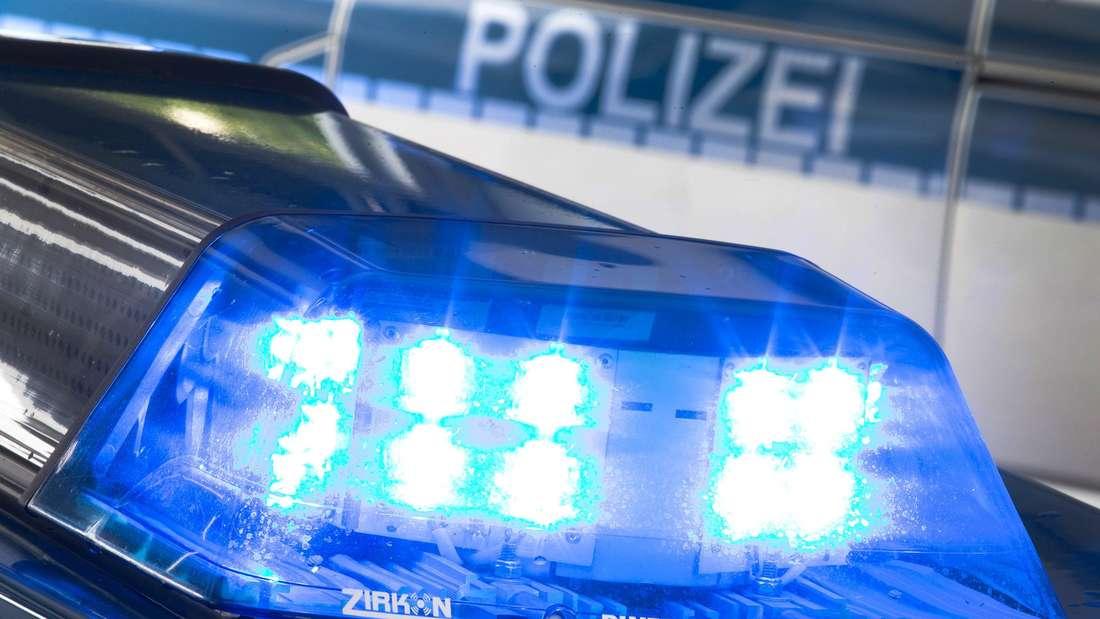 Die Polizei fragt: Wer sind die beiden Männer, die ihr Opfer mit einem Schlagstock und Reizstoff attackiert haben?