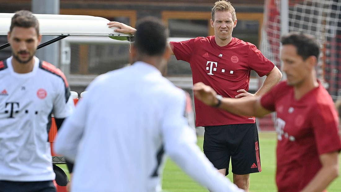 Julian Nagelsmann beobachtet das Training beim FC Bayern.