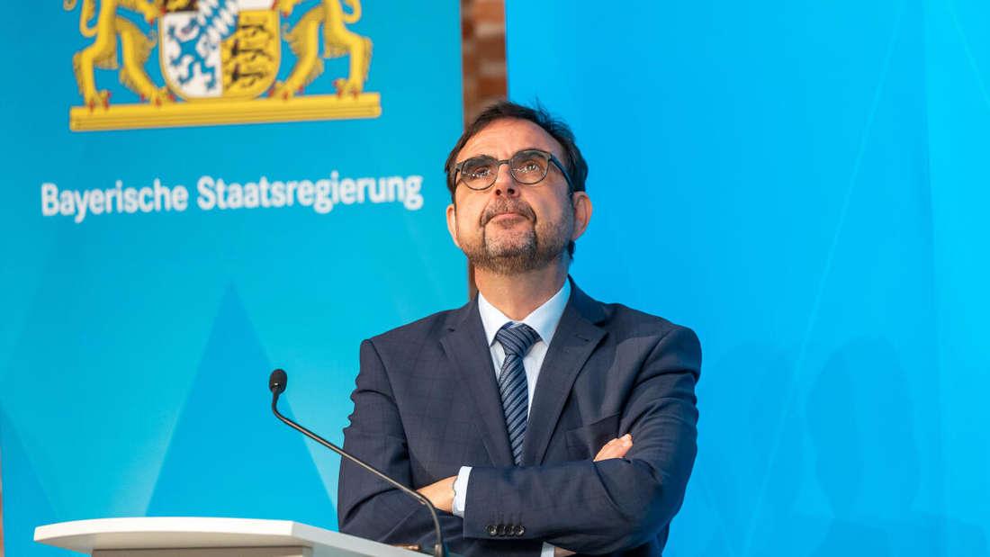 Klaus Holetschek (CSU), bayerischer Staatsminister für Gesundheit und Pflege, bei einer Pressekonferenz (Archivbild).