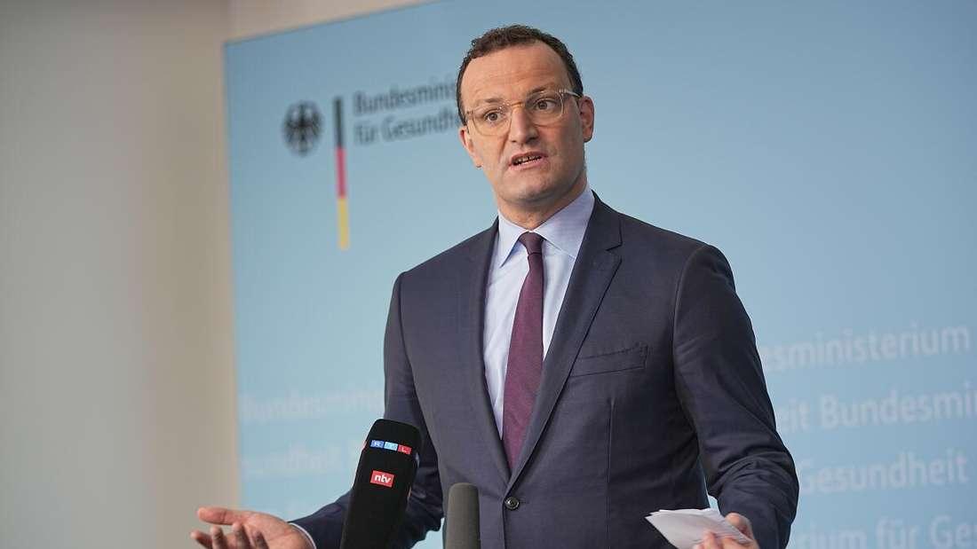 Jens Spahn (CDU), Bundesminister für Gesundheit, spricht bei einem Pressestatement nach den Beratung über ein einheitliches Vorgehen bei Verdienstausfall-Entschädigungen wegen Quarantäne im Rahmen der Corona-Pandemie.