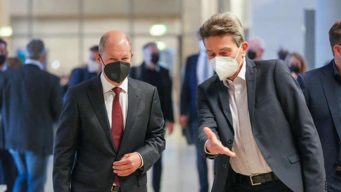 Olaf Scholz (l.), SPD-Kanzlerkandidat, und Rolf Mützenich, Vorsitzender der SPD-Bundestagsfraktion, kommen im Bundestag zur ersten Fraktionssitzung der SPD nach der Bundestagswahl.