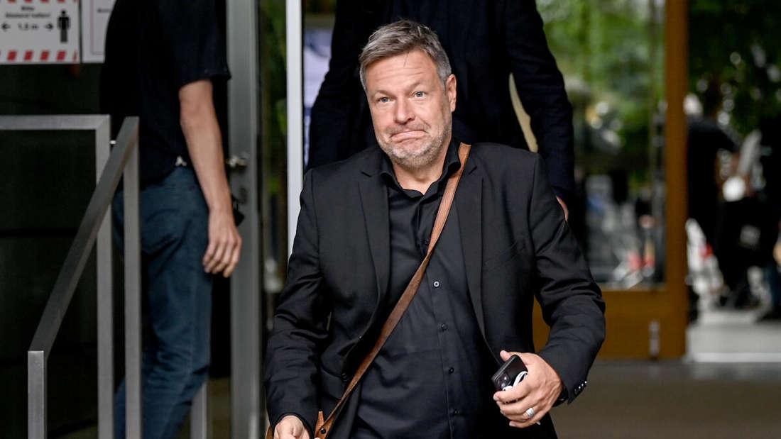 Robert Habeck, Chef der Grünen, nach einem Pressetermin am Montag