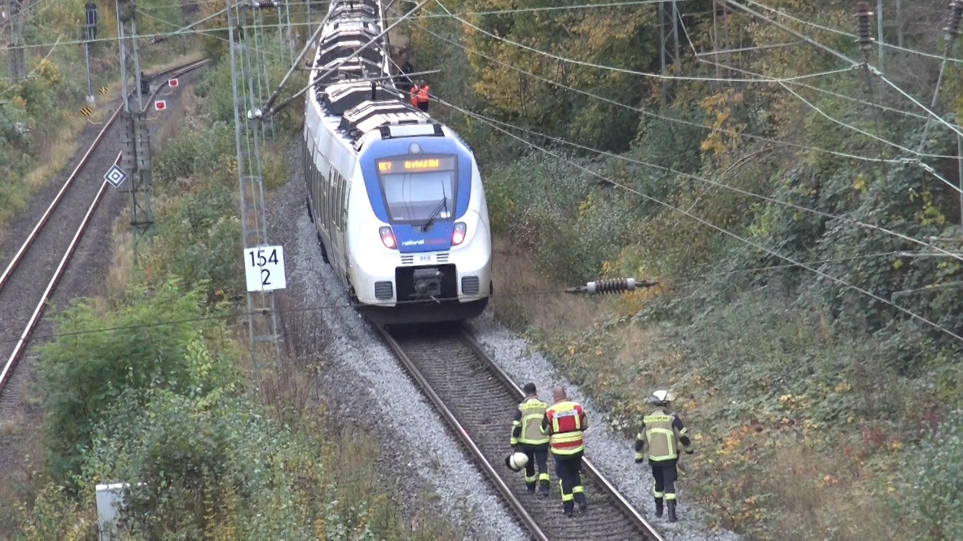 Zugführer äußert schlimme Befürchtung - Großeinsatz auf Bahnstrecke bei Schwerte